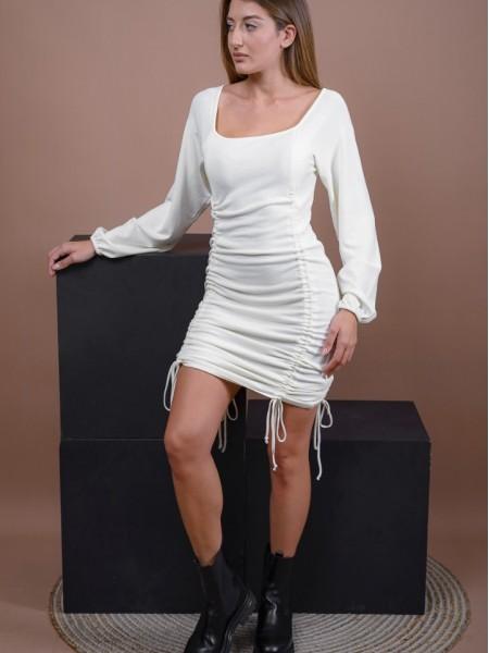 Εκρού μακρυμάνικο πλεκτό midi φόρεμα με τετράγωνη λαιμόκοψη, λάστιχα στις μανσέτες και ρυθμιζόμενες σούρες μπροστά και πίσω που το μετατρέπουν σε κοντό Combos