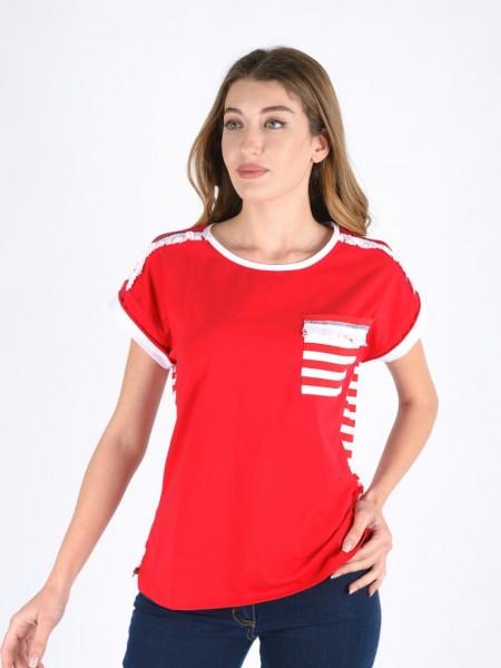 Κόκκινη κοντομάνικη βαμβακερή μπλούζα με στρογγυλή λαιμόκοψη, ρεγκλάν μανικοκόλληση, ρεβέρ στο τελείωμα στο μανίκι, ριγέ τσεπάκι μπροστά, ριγέ πλάτη και ξέφτια στα τελειώματα στους ώμους Exus