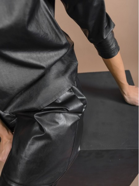 Μαύρη ψηλόμεση faux-leather ζιπ-κυλότ με λάστιχο στη μέση, πλαϊνές τσέπες και διακοσμητικά γαζιά μπροστά Kramma