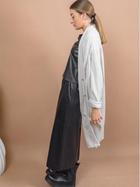 Εκρού oversized μακριά σχεδιαστική ζακέτα με ανάγλυφη υφή, ιδιαίτερες τσέπες με σούρες μπροστά, ρεγκλάν μανικοκόλληση και ρεβέρ στα μανίκια Kramma