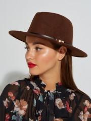 Ταμπά καπέλο με μαύρη leather look λεπτομέρεια και μεταλλικό κούμπωμα Lynne
