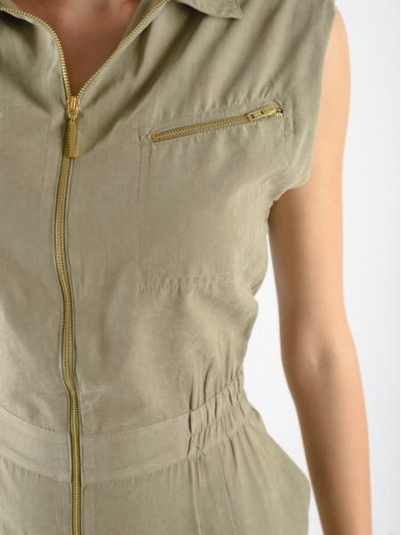 Χακί αμάνικη ολόσωμη φόρμα σε tencel ύφασμα με βάτες στους ώμους, χρυσά φερμουάρ μπροστά, πέτο γιακά, πιέτες μπροστά και λάστιχο στη μέση Lynne