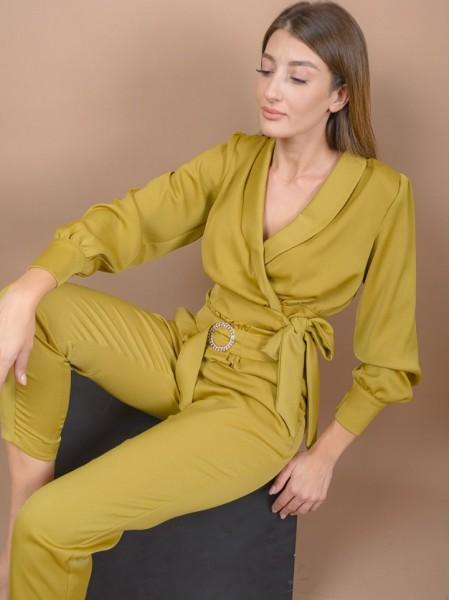 Μουσταρδί ματ σατέν μακρυμάνικη κρουαζέ μπλούζα με βάτες στους ώμους, δέσιμο στο πλάι και ιδιαίτερα κουμπιά στα μανίκια Lynne
