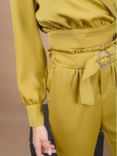 Μουσταρδί ματ σατέν ψηλόμεσο carrot fit παντελόνι με λάστιχο στην μέση, πλαϊνές τσέπες και μη αποσπώμενη ζώνη με χρυσή αγκράφα Lynne