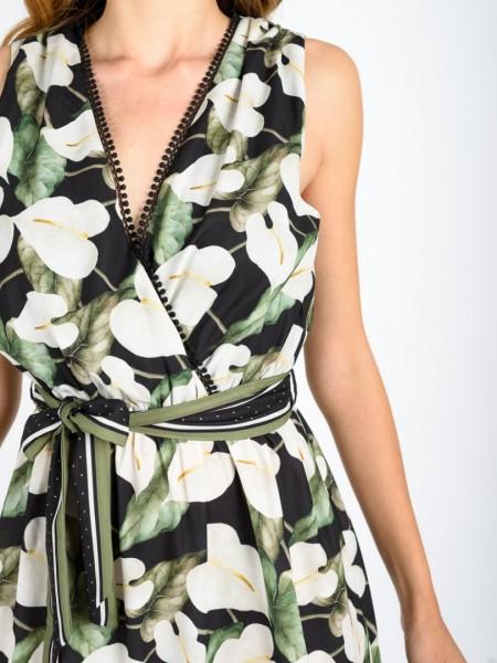 Floral printed μαύρο κρουαζέ κοντό αμάνικο φόρεμα με λάστιχο στη μέση, broderie δαντέλα στα τελειώματα, βολάν στον ποδόγυρο, ανοιχτή έξω πλάτη, κλείσιμο με κουμπί ψηλά και αποσπώμενη υφασμάτινη ζώνη σε διαφορετικό print Lynne