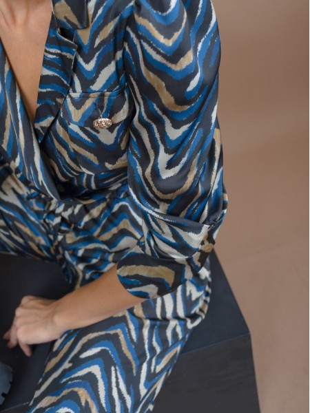 Animal printed μπλε cropped μπλούζα με 3/4 μανίκια, βάτες και φουσκωτούς ώμους, κρουαζέ μπροστά με πέτο γιακά και μικρό λάστιχο στο τελείωμα Lynne