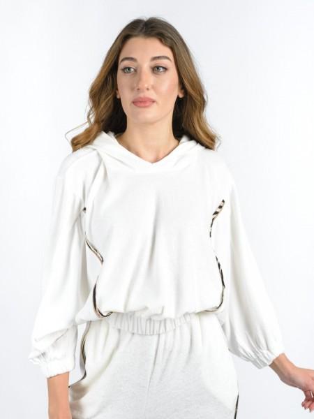 Εκρού μακρυμάνικη πετσετέ μπλούζα με μη αποσπώμενη κουκούλα, νυχτερίδα μανίκια, συνδυασμό υφασμάτων στα πλαϊνά, λάστιχο στο τελείωμα και animal λούρεξ λεπτομέρειες Lynne
