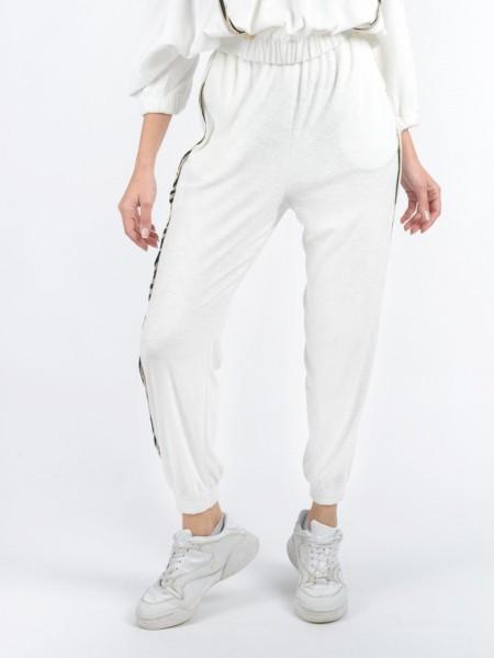 Εκρού ψηλόμεσο πετσετέ παντελόνι φόρμας, με animal λούρεξ κάθετες λεπτομέρειες, συνδυασμό υφασμάτων στο πλάι και λάστιχο στην μέση και στο τελείωμα Lynne