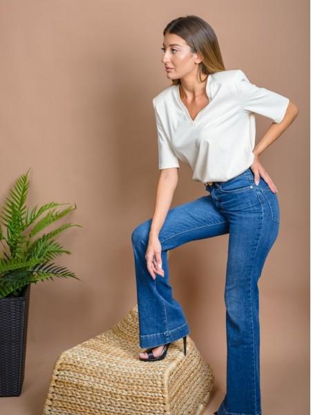 Light blue jean ψηλόμεσο ελαστικό καμπάνα παντελόνι με χρυσό κουμπί και animal print διακοσμητικό πίσω στην μέση Lynne