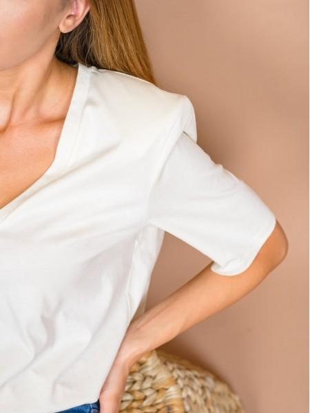 Κρεμ κοντομάνικη βαμβακερή μπλούζα με V-λαιμόκοψη και βάτες στους ώμους Lynne