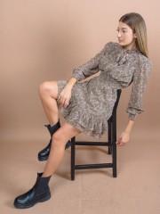 Εμπριμέ χακί μακρυμάνικο κοντό φόρεμα με λαχούρια, κλείσιμο με δέσιμο στο λαιμό, βολάν στο τελείωμα και λάστιχο στη μέση και στις μανσέτες Lynne