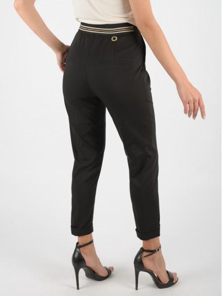 Μαύρο ψηλόμεσο ελαστικό παντελόνι με πλαϊνές τσέπες, ρεβές στο τελείωμα, κούμπωμα με χρυσό κουμπί μπροστά και ριγέ λάστιχο πίσω στη μέση Lynne