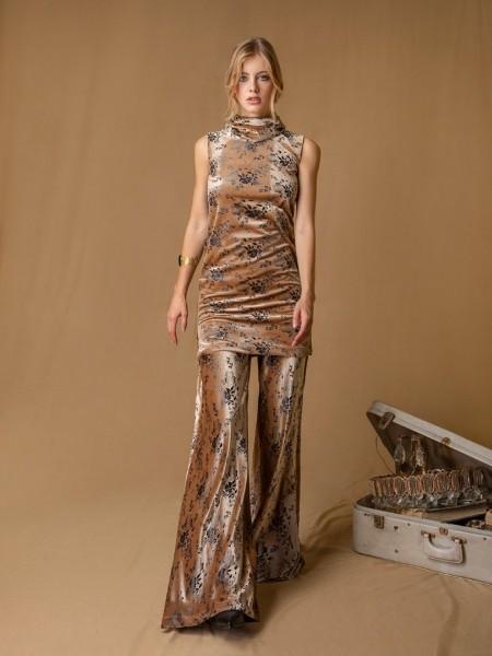 Εμπριμέ μπεζ αμάνικο βελουτέ CAMILLE φόρεμα με ξεχειλωτή λαιμόκοψη, σε χαλαρή γραμμή και μικρά ανοίγματα Mya
