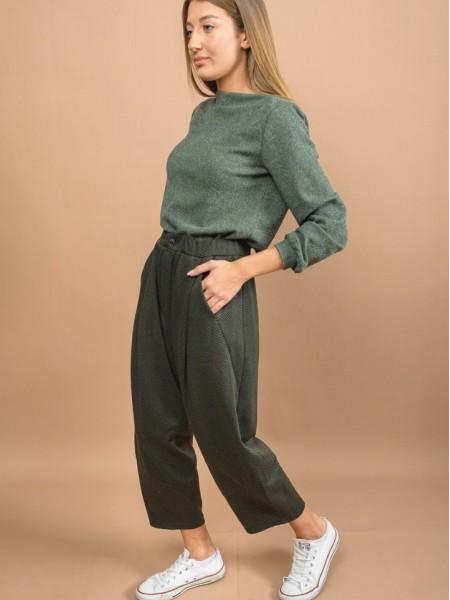 Εμπριμέ πράσινο high-waisted slouchy fit AGEN 1 παντελόνι με γεωμετρικά σχέδια, πλαϊνές τσέπες, κουφόπιετες μπροστά και λάστιχο στη μέση Namaste