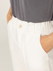 Εκρού ψηλόμεσο cropped cigarette fit FORIO παντελόνι, λάστιχο στη μέση, πλαϊνές τσέπες, τσέπες φιλέτο πίσω και κλείσιμο με φερμουάρ και κουμπί Namaste