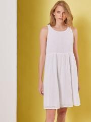 Λευκό αμάνικο κοντό RODIA φόρεμα, απο επενδεδυμένη broderie δαντέλα, στρογγυλή λαιμόκοψη, σε κλος γραμμή και κλείσιμο με κουμπί στην πλάτη Namaste