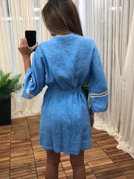 Γαλάζιο κρουαζέ κοντό λινό φόρεμα με ιδιαίτερο κέντημα στην ύφανση και broderie φάσες στα τελειώματα Nema
