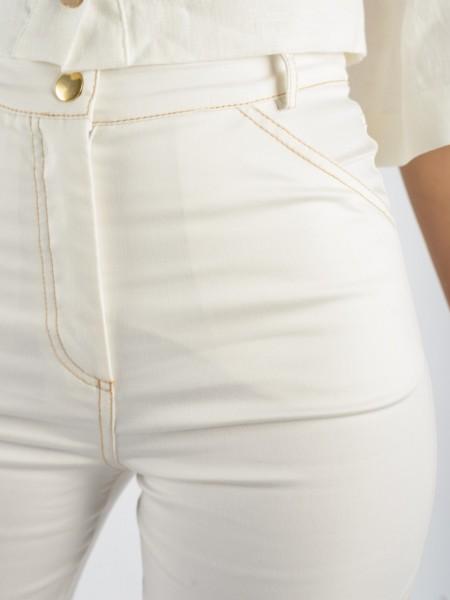 Εκρού ψηλόμεσο παντελόνι σε ίσια γραμμή, ελαστικό ύφασμα, ταμπά γαζιά και κλείσιμο με φερμουάρ και χρυσό κουμπί We coss