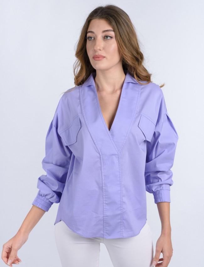 Λιλά μακρυμάνικη μπλούζα με πέτο γιακά, V-λαιμόκοψη, ρεγκλάν μανικοκόλληση, ψεύτικες τσέπες μπροστά, κουφόπιετα στην πλάτη και μικρό λάστιχο στο μανίκι WeCoss