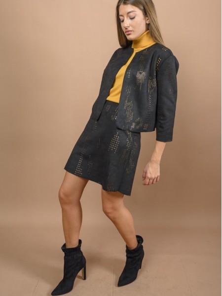 Μαύρο σουέντ κοντό σακάκι με στρογγυλή λαιμόκοψη, χωρίς κούμπωμα και χρυσές laser-cut λεπτομέρειες We coss