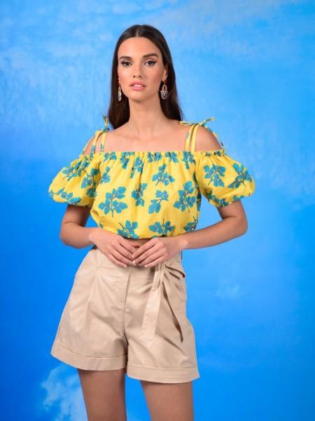 Εμπριμέ κίτρινη κοντομάνικη μπλούζα με λάστιχο στους ώμους, δέσιμο με ρυθμιζόμενο κορδόνι στους ώμους και δέσιμο μπροστά με κορδόνι με τούνελ We coss
