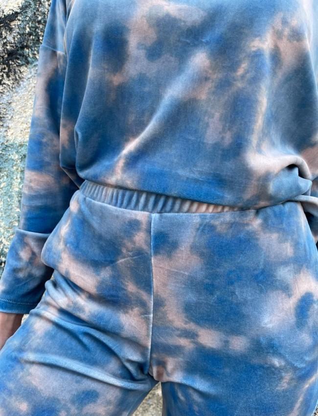 Εμπριμέ γαλάζιο τύπου tie-dye σετ, από μακρυμάνικη cropped βελουτέ μπλούζα με χαμόγελο λαιμόκοψη, ελαφριά ασυμμετρία και ψηλόμεσο παντελόνι με λάστιχο στην μέση και στο τελείωμα We Coss