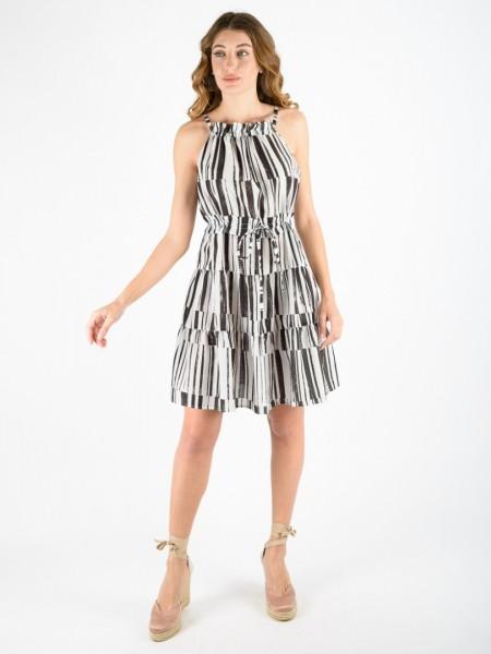 Ριγέ άσπρο-μαύρο αμάνικο κοντό φόρεμα με κλειστή λαιμόκοψη, παρτούς ώμους, κορδονάκι με τούνελ στη μέση και βολάν σε επίπεδα Access