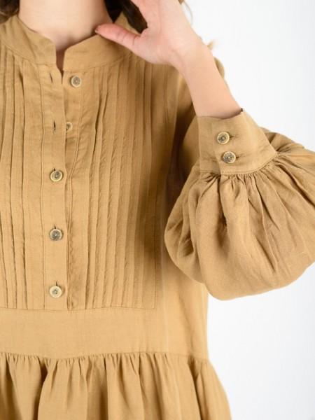 Κάμελ λινό μακρυμάνικο κοντό oversized φόρεμα με μάο γιακά, ξύλινα κουμπιά. μικρά πιετάκια στο στήθος, σούρες στο τελείωμα στα μανίκια και επίπεδα με βολάν Access