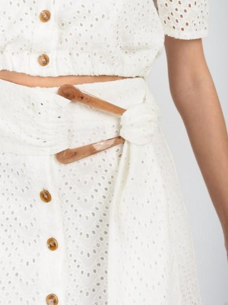 Εκρού broderie ψηλόμεση midi φούστα, σε ελαφρώς Α γραμμή, με σταθερή μπάσκα στη μέση, ξύλινα κουμπιά μπροστά κατα μήκος και αποσπώμενη υφασμάτινη ζώνη με κοκάλινο τελείωμα Access
