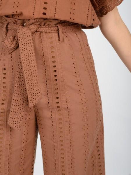 Ταμπά ψηλόμεση cropped παντελόνα broderie, κλείσιμο φερμουάρ με ξύλινα κουμπιά. πλαϊνές τσέπες και αποσπώμενη υφασμάτινη ζώνη Access