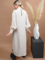 Βανίλια midi κρεπ φόρεμα με όρθιο λαιμό, φαρδιά μανίκια και στρογγυλάδα στο τελείωμα με μικρά πλαϊνά ανοίγματα Access