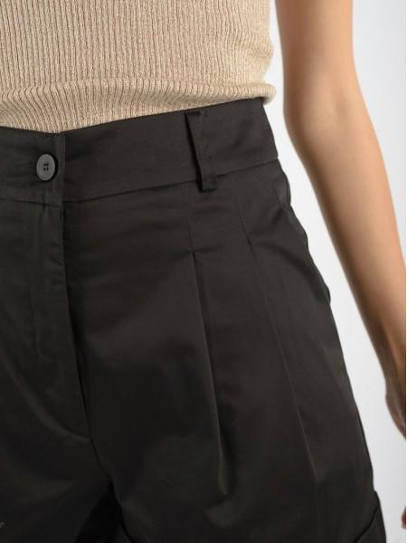 Μαύρο βαμβακερό σορτς με πιέτες μπροστά, πλαϊνές τσέπες, κλείσιμο με φερμουάρ και κουμπί και ρεβέρ στο τελείωμα Access