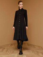Μαύρο μακρυμάνικο midi φόρεμα με μάο γιακά, σε εφαρμοστή γραμμή με κλος τελείωμα, πλαϊνές τσέπες και κουμπιά στα μανίκια Access