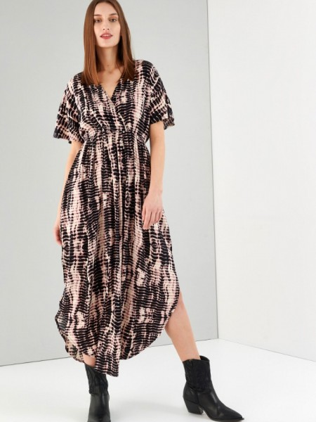 Εμπριμέ μαύρο κοντομάνικο κρουαζέ maxi φόρεμα, με λάστιχο κάτω απο το μπούστο, στρογγυλεμένο τελείωμα με σκισίματα στα πλαϊνά, άνοιγμα στην πλάτη και κλείσιμο με κορδόνι Ale