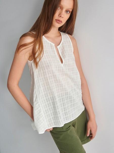 Λευκή αμάνικη μπλούζα με ρίγα στην ύφανση, στρογγυλή λαιμόκοψη με V άνοιγμα και ασυμμετρία στο τελείωμα Ale