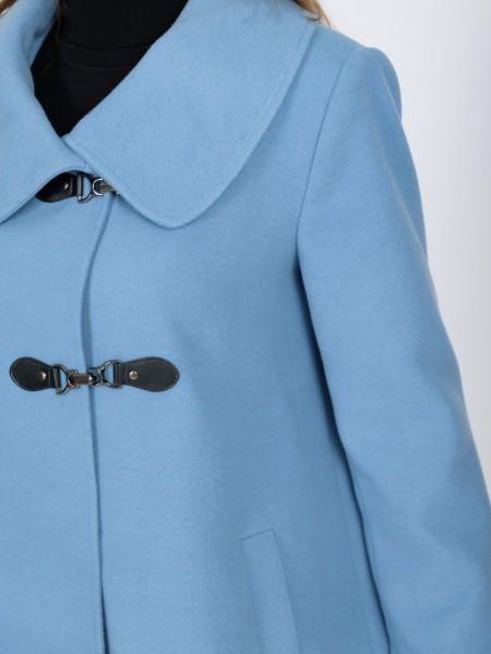 Γαλάζια κοντή παλτοζακέτα με πέτο γιακά με στρογγυλάδα στο τελείωμα, ιδιαίτερο κουμπί κλείσιμο, μπροστινές τσέπες και κουφόπιετα πίσω Angelo