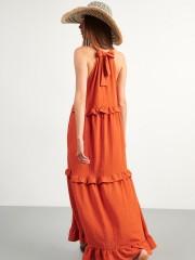 Πορτοκαλί αμάνικο maxi φόρεμα με παρτούς ώμους, πλαϊνές τσέπες και βολάν σε επίπεδα Attrattivo