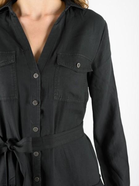Μαύρο μακρυμάνικο loose-fit φόρεμα με πέτο γιακά, τσεπάκια στο στήθος, κουμπιά κατά μήκος, κουφόπιετα στην πλάτη, βολάν στο τελείωμα και αποσπώμενη υφασμάτινη ζώνη Attrattivo