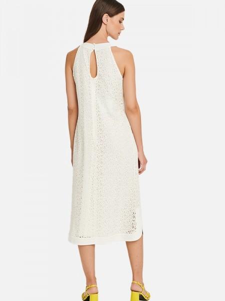 Εκρού αμάνικο midi φόρεμα σε χαλαρή γραμμή, με κλειστή λαιμόκοψη, παρτούς ώμους, σατέν τελειώματα, στρογγυλάδα και μικρό άνοιγμα στο πλάι, κλείσιμο φερμουάρ στην πλάτη και μικρή τρύπα με κουμπάκια Badoo