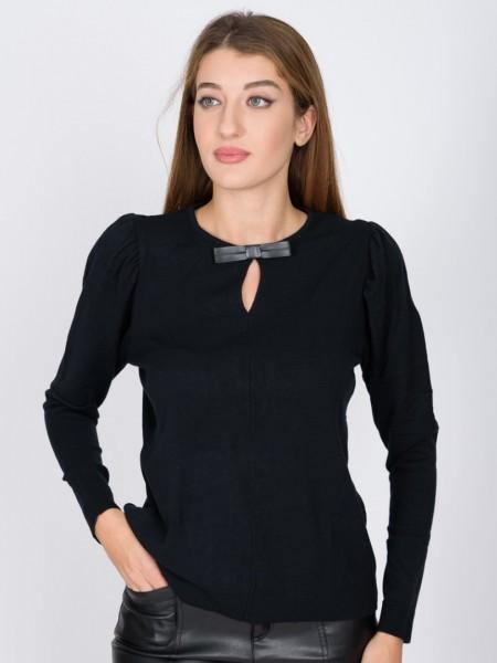 Μαύρη μακρυμάνικη πλεκτή μπλούζα σε εφαρμοστή γραμμή, με στρογγυλή λαιμόκοψη, μικρές σούρες στα μανίκια και διακοσμητικό faux-leather φιογκάκι Badoo