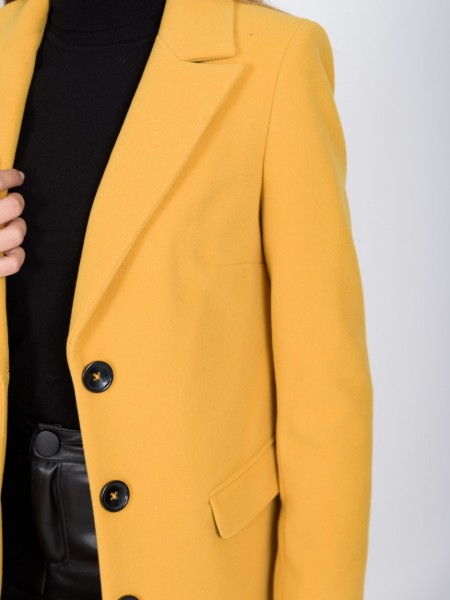 Κίτρινο μεσάτο παλτό μεγάλο πέτο γιακά, κλείσιμο με κουμπιά μπροστά, τσέπες με καπάκι, άνοιγμα πίσω και διακοσμητικά μαύρα κουμπιά στα τελειώματα στα μανίκια Badoo