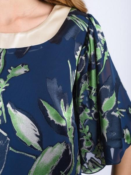 Εμπριμέ μπλε-πράσινο midi φόρεμα σε ίσια γραμμή, με φαρδιά μανίκια από μουσελίνα, ανοιχτή στρογγυλή λαιμόκοψη με V στην πλάτη φάσα απο μπεζ σατέν ύφασμα Badoo