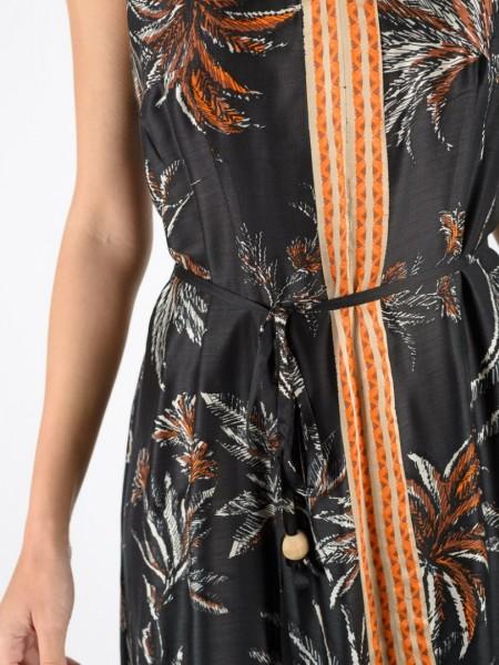 Εμπριμέ μαύρο midi αμάνικο φόρεμα με ρυθμιζόμενη λεπτή τιράντα, V-λαιμόκοψη, ιδιαίτερη ethnic φάσα μπροστά και αποσπώμενη υφασμάτινη ζώνη κορδόνι Badoo