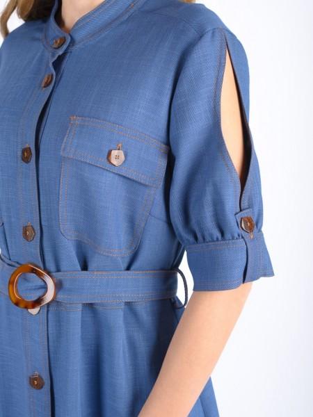 Blue jean τύπου tencel κοντομάνικο maxi φόρεμα με μάο γιακά, μεγάλες τσέπες στο μπούστο, άνοιγμα στους ώμους, ταμπά γαζιά και ασορτί κουμπιά, ανοίγματα στο πλάι και αποσπώμενη υφασμάτινη ζώνη Badoo