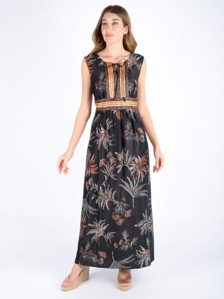 Εμπριμέ μαύρο αμάνικο maxi φόρεμα με ανοιχτή στρογγυλλή λαιμόκοψη, διακοσμητικό φιογκάκι μπροστά, διαφορετικό print στην μέση, μικρές σούρες και κλείσιμο με φερμουάρ στην πλάτη Badoo