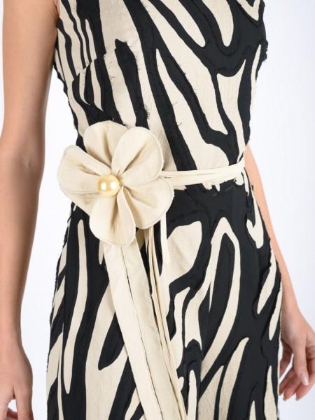 Αμάνικη cropped ολόσωμη φόρμα με V-λαιμόκοψη, αποσπώμενη υφασμάτινη ζώνη, κορδόνι με λουλούδι, κλείσιμο με φερμουάρ στην πλάτη και ιδιαίτερο ύφασμα με ξέφτια στο τελείωμα Badoo