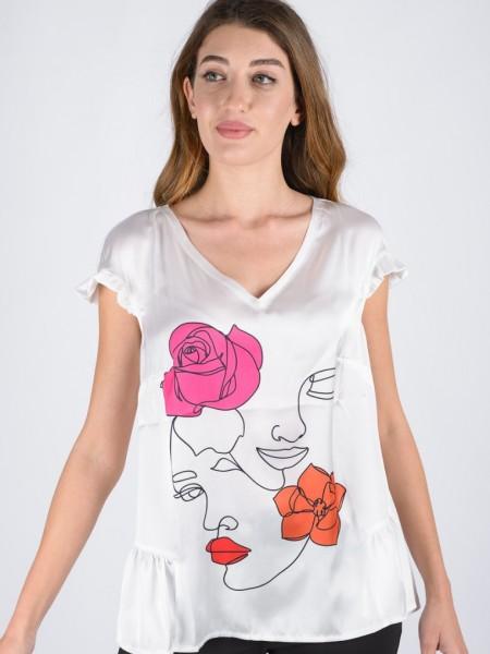 Λευκή κοντομάνικη μπλούζα με V-λαιμόκοψη, μπροστινή ματ σατέν όψη, με τύπωμα πρόσωπο και λουλούδια, μικρό βολάν στο μανίκι και βαμβακερή πλάτη Badoo