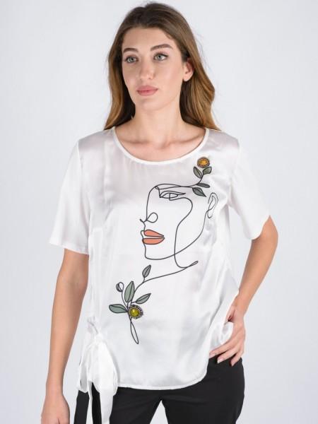 Εκρού κοντομάνικη μπλούζα με ανοιχτή στρογγυλή λαιμόκοψη, ματ σατέν όψη με τύπωμα, χειροποίητο μικρό κόσμημα, δέσιμο με κορδέλα στο πλάι και βαμβακερή πλάτη Badoo
