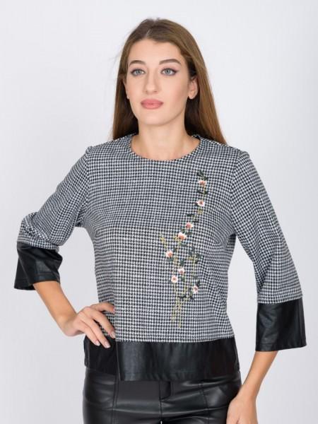 Ασπρόμαυρη pied de poule cropped μπλούζα σε τετράγωνη γραμμή. με στρογγυλή λαιμόκοψη, απλικαρισμένο λουλούδι μπροστά, 3/4μανίκι και faux leather λεπτομέρειες στα μανίκια και στο τελείωμα Coelia
