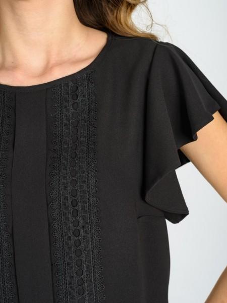 Μαύρη κοντομάνικη μπλούζα με στρογγυλή λαιμόκοψη, μανίκι βολάν και κάθετη τρέσα απο βαμβακερή δαντέλα Coelia